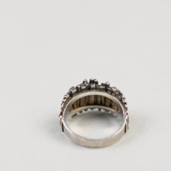 A MODERNIST STERLING SILVER RING