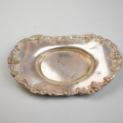 A SMALL SILVER PLATED OVAL SERVING DISH