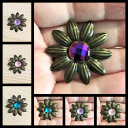 Cute Daisy Brooches / Pins / Badges – 4 colours
