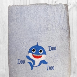 PERSONALISED EMBROIDERED BATH TOWEL – BABY SHARK