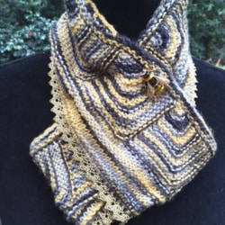 Handknitted scarf with Bee brooch